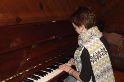 piano-girl-1419890-639x424
